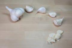 επικεφαλής καρύκευμα προετοιμασιών σκόρδου πιάτων Στοκ Φωτογραφία