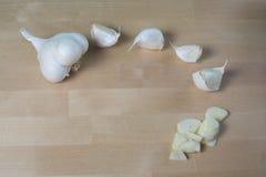 επικεφαλής καρύκευμα προετοιμασιών σκόρδου πιάτων Στοκ Εικόνες