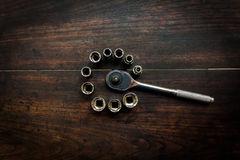 Επικεφαλής κομμάτια γαλλικών κλειδιών κιβωτίων για το κατσαβίδι και άλλα εργαλεία σε μια DA Στοκ Εικόνες