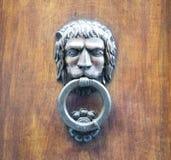 Επικεφαλής ρόπτρα λιονταριών σε μια παλαιά ξύλινη πόρτα Στοκ φωτογραφία με δικαίωμα ελεύθερης χρήσης