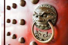 Επικεφαλής ρόπτρα πορτών λιονταριών, κινεζικά ρόπτρα ύφους Στοκ Φωτογραφία