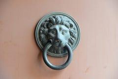 Επικεφαλής ρόπτρα πορτών λιονταριών Στοκ φωτογραφία με δικαίωμα ελεύθερης χρήσης