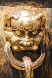 Επικεφαλής της λαβής δράκων στο αρχαίο κινεζικό παλάτι Στοκ φωτογραφία με δικαίωμα ελεύθερης χρήσης