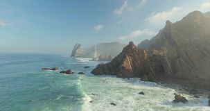Επικοί απότομοι βράχοι και ωκεάνια άποψη κυμάτων απόθεμα βίντεο