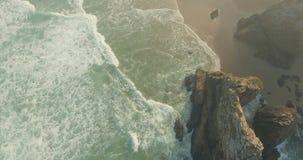Επικοί απότομοι βράχοι και ωκεάνια άποψη κυμάτων φιλμ μικρού μήκους