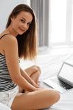 Επικοινωνία Διαδικτύου Γυναίκα που χρησιμοποιεί το φορητό προσωπικό υπολογιστή, εργασία στοκ εικόνες