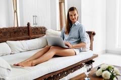 Επικοινωνία Διαδικτύου Γυναίκα που χρησιμοποιεί το φορητό προσωπικό υπολογιστή, που λειτουργεί on-line στοκ εικόνα