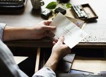 Επικοινωνία επιστολών φακέλων εκμετάλλευσης χεριών ανθρώπων στοκ φωτογραφίες
