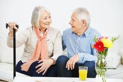 Επικοινωνία μεταξύ του ανώτερων άνδρα και της γυναίκας στοκ φωτογραφία με δικαίωμα ελεύθερης χρήσης