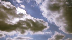 Επικός ουρανός με τα μεγάλες σύννεφα και τις ακτίνες ήλιων μέσω των σύννεφων φιλμ μικρού μήκους