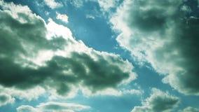 Επικός ουρανός με τα μεγάλες σύννεφα και τις ακτίνες ήλιων μέσω των σύννεφων απόθεμα βίντεο
