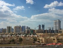 Επικός πυροβολισμός της πόλης του Ντουμπάι μια νεφελώδη ημέρα - δείτε από έναν πύργο μπαλκονιών στοκ εικόνες με δικαίωμα ελεύθερης χρήσης