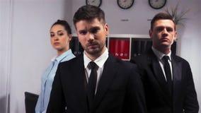 Επικός πυροβολισμός γραφείου τριών του βέβαιου διευθυντών επιχειρηματιών μέσα απόθεμα βίντεο