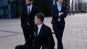 Επικός πυροβολισμός της εκτός λειτουργίας αρσενικής συνεδρίασης στην αναπηρική καρέκλα με τους συναδέλφους του απόθεμα βίντεο