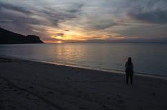 Επικό ηλιοβασίλεμα σε μια εγκαταλειμμένη παραλία κοντά στο σκόπελο σημαδιών σημείων κυματωγών σε Sumbawa, Ινδονησία Στοκ φωτογραφία με δικαίωμα ελεύθερης χρήσης