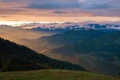 Επικό ηλιοβασίλεμα στα βουνά μετά από τη θύελλα Στοκ εικόνα με δικαίωμα ελεύθερης χρήσης