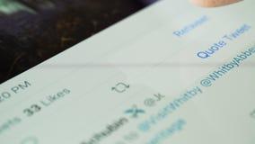 Επιλέγοντας το retweet και όπως τα κουμπιά στο πειραχτήρι app απόθεμα βίντεο