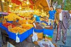 Επιλέξτε τα ξηρά φρούτα στην αγορά της Τεχεράνης Στοκ Φωτογραφία