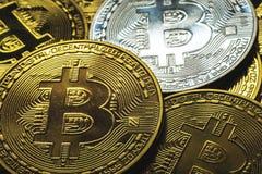 Επιλέξτε την εστίαση στενή επάνω ένας σωρός ασημένιου και του χρυσού bitcoins με το χρυσές υπόβαθρο και την επιχείρηση και χρηματ Στοκ Φωτογραφία