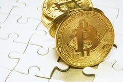 επιλέξτε την εστίαση στενή επάνω ένα χρυσό νόμισμα bitcoin Cryptocurrency Ελλείποντα κομμάτια γρίφων τορνευτικών πριονιών χρυσή ι Στοκ εικόνες με δικαίωμα ελεύθερης χρήσης