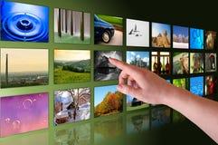 Επιλεγμένες χέρι φωτογραφίες στον εικονικό υπολογιστή γραφείου Στοκ φωτογραφίες με δικαίωμα ελεύθερης χρήσης