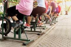 Επιλεγμένος focous στην καρδιο ομάδα ανθρώπων εξοπλισμού που κάνει την άσκηση στην καρδιο κατάρτιση στο πάρκο στοκ εικόνα