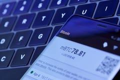 Επιλογές πορτοφολιών Bitcoin στην οθόνη smartphone στοκ εικόνες