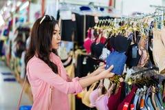 Επιλογή γυναικών και στηθόδεσμος αγοράς στο κατάστημα αγορών στοκ εικόνες με δικαίωμα ελεύθερης χρήσης