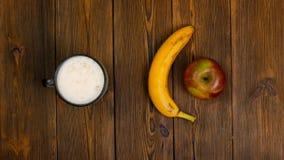 Επιλογή μεταξύ των υγιούς και επιβλαβούς τροφίμων ή του ποτού, της μπύρας ή της μπανάνας και του μήλου φρούτων απόθεμα βίντεο