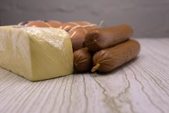 Επιλογή ορεκτικών τυριών και κρέατος ή σύνολο πρόχειρων φαγητών κρασιού Ποικιλία του τυριού, σαλάμι, prosciutto, ραβδιά ψωμιού, b στοκ φωτογραφίες με δικαίωμα ελεύθερης χρήσης