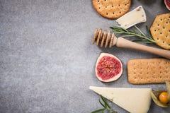 Επιλογή τυριών, πλαίσιο συνόρων τροφίμων, υπερυψωμένο Στοκ Εικόνες