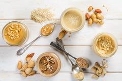Επιλογή των βουτύρων καρυδιών - σπόροι φυστικιών, των δυτικών ανακαρδίων, αμυγδάλων και σουσαμιού στοκ εικόνα