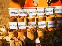 Επιλογή των καρυκευμάτων σε ένα παραδοσιακό μαροκινό παζάρι αγοράς στο Μαρακές Στοκ Εικόνες