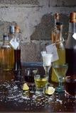 Επιλογή των οινοπνευματωδών ποτών Σύνολο κρασιού, κονιάκ, ηδύποτο, tincture, κονιάκ, ουίσκυ στα γυαλιά, μπουκάλια Μεγάλη ποικιλία στοκ φωτογραφία με δικαίωμα ελεύθερης χρήσης