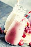 Επιλογή των ρόδινων καταφερτζήδων μούρων και milkshakes, γκρίζο backgroun στοκ φωτογραφίες με δικαίωμα ελεύθερης χρήσης