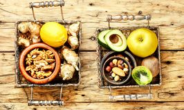 Επιλογή των υγιών τροφίμων Στοκ Φωτογραφίες