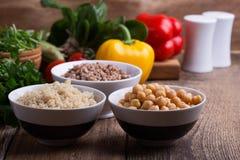 Επιλογή των φρέσκων λαχανικών και των μαγειρευμένων δημητριακών, των σιταριών και του οσπρίου στοκ φωτογραφία με δικαίωμα ελεύθερης χρήσης