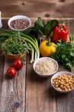 Επιλογή των φρέσκων λαχανικών και των μαγειρευμένων δημητριακών, των σιταριών και του οσπρίου στοκ φωτογραφία