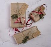 Επιλογή των χριστουγεννιάτικων δώρων Στοκ φωτογραφία με δικαίωμα ελεύθερης χρήσης