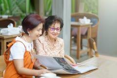Επιλογή Mom και κορών οι επιλογές εστιατορίων από κοινού στοκ εικόνα με δικαίωμα ελεύθερης χρήσης