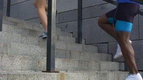 Επιλύοντας, ενεργό Σαββατοκύριακο ζεύγους της νέας οικογένειας, jogging και αναρριμένος στα σκαλοπάτια απόθεμα βίντεο