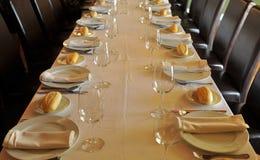 Επιμηκυμένος πίνακας που προετοιμάζεται για ένα επιχειρησιακό μεσημεριανό γεύμα στοκ εικόνες