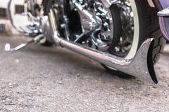 Επιμηκυμένος συντρέχων στο σωλήνα εξάτμισης μιας μοτοσικλέτας στοκ εικόνες