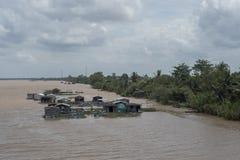Επιπλέοντα αγροκτήματα ψαριών στο ποταμό Μεκόνγκ στο δέλτα στοκ φωτογραφίες με δικαίωμα ελεύθερης χρήσης