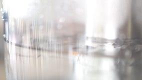 Επιπλέοντα σώματα πάγου σε μια σαφή κανάτα νερού απόθεμα βίντεο