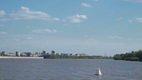 Επιπλέοντα σώματα σημαντήρων ποταμών στον ποταμό απόθεμα βίντεο