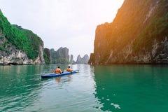 Επιπλέοντα ψαροχώρι και νησί βράχου στον κόλπο Halong, Βιετνάμ, Νοτιοανατολική Ασία Στοκ Φωτογραφίες