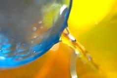 Επιπλέον νερό, πορτοκαλί μπλε υπόβαθρο, κινηματογράφηση σε πρώτο πλάνο Στοκ Φωτογραφία