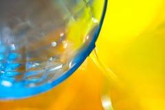 Επιπλέον νερό, πορτοκαλί μπλε υπόβαθρο, κινηματογράφηση σε πρώτο πλάνο Στοκ φωτογραφία με δικαίωμα ελεύθερης χρήσης