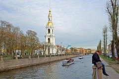 Επιπλέον σώμα σκαφών αναψυχής γύρω από τον πύργο κουδουνιών του Άγιου Βασίλη ναυτικό Στοκ εικόνες με δικαίωμα ελεύθερης χρήσης